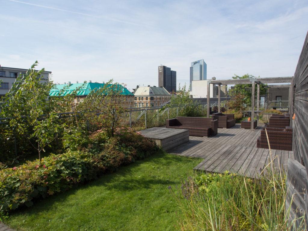 Plen på takterrasse, med busker, delevegger, pergola og møbler