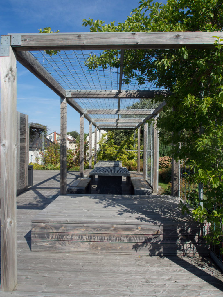 Pergola i tre på takterrasse bygget av Snøhetta