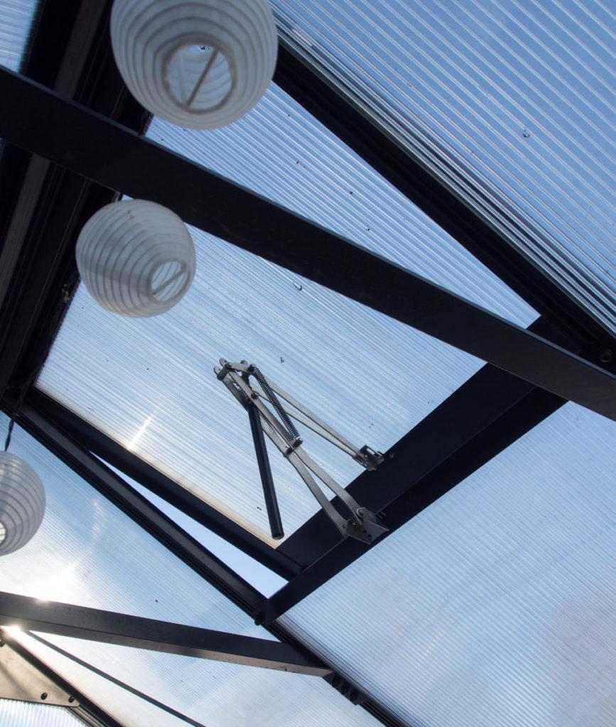 Mitt viktigste drivhustips er automatisk lufting. Her ser du lufteluke i taket