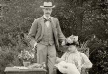 Dronning Maud og Kong Haakon i hagen. Fra NRK