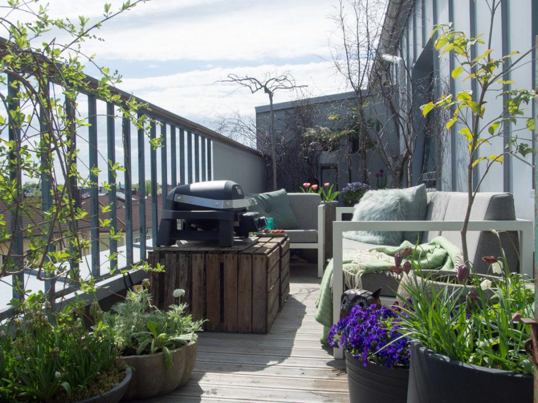 Elekrisk grill på balkong med hagemøbler, pulse fra weber