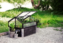 Minidrivhus for pallekarm i tre og plast fra Plantasjen (foto: plantasjen.no)