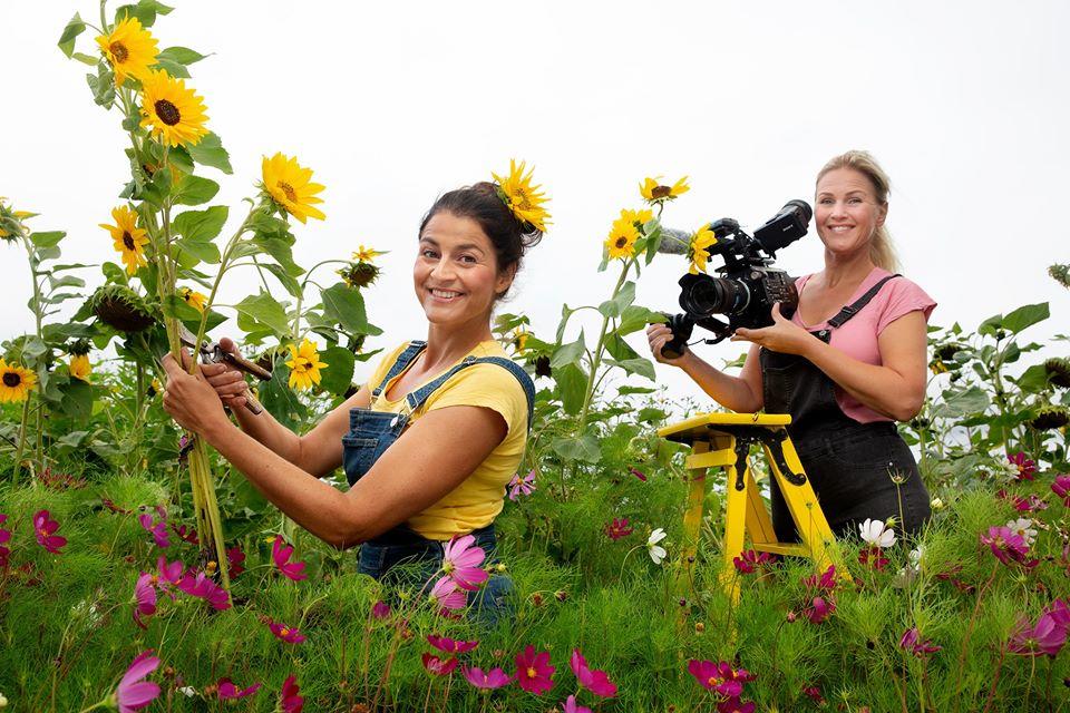 Programleder Heidi Sivertzen-Oksmo og fotograf Camilla Næss i Nrk hageprogrammet Hagen min.