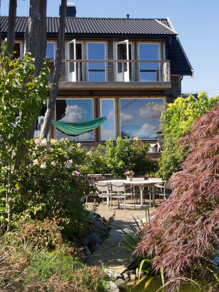 Hus med hengekøye og sitteplass, og terrasse. Hos Maria, Hage på resept